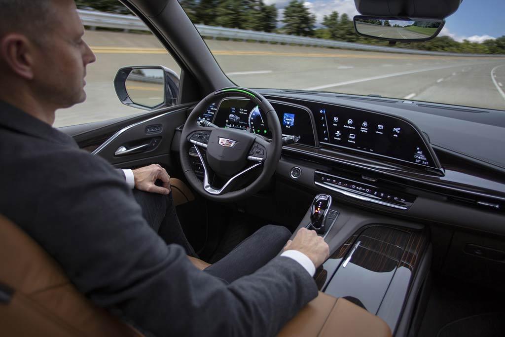 neuen 2021 Cadillac Escalade drive