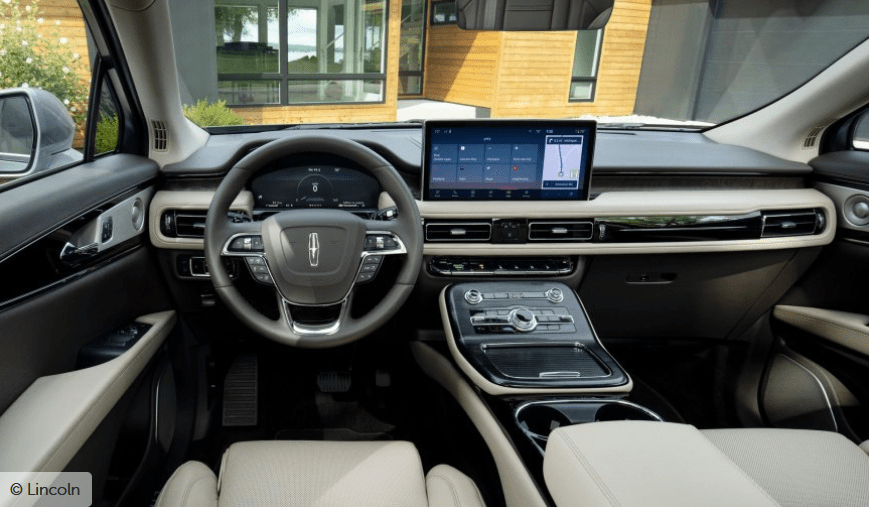 Aus Sicherheitsgründen ist das Fahrzeug serienmäßig mit dem Co-Pilot360-Komplex ausgestattet, der aus automatischer Fernlichtaktivierung, Überwachung des toten Winkels und einem Frontalkollisionswarnsystem mit Notbremsung besteht. Gleichzeitig können Kunden das Co-Pilot360 Plus-Paket bestellen, das eine adaptive Geschwindigkeitsregelung, ein Notlenksystem, eine Allroundkamera und vieles mehr umfasst.